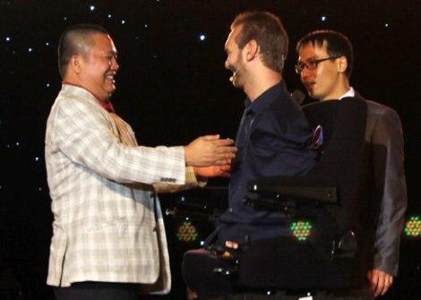 Ông Lê Phước Vũ dành tình cảm nồng nhiệt cho Nick Vujicic trong buổi giao lưu